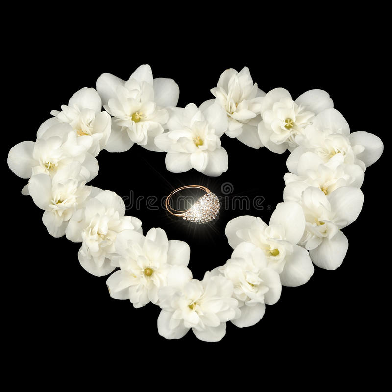 Diamond Ring in Hart van Wit Jasmine Flowers op Zwarte Achtergrond wordt gemaakt die stock afbeelding