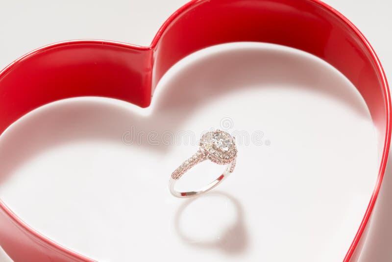 Diamond Ring Set Inside uma caixa vermelha do coração imagem de stock