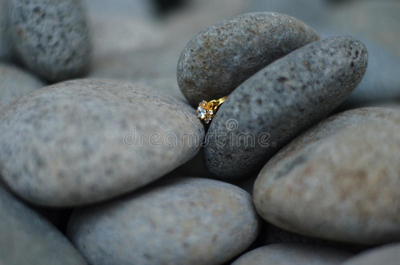 Diamond Ring Between Stone imagem de stock