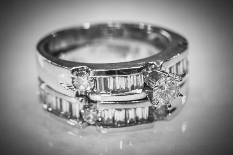 Diamond Rings in Mode und schönes Konzept stockfotografie