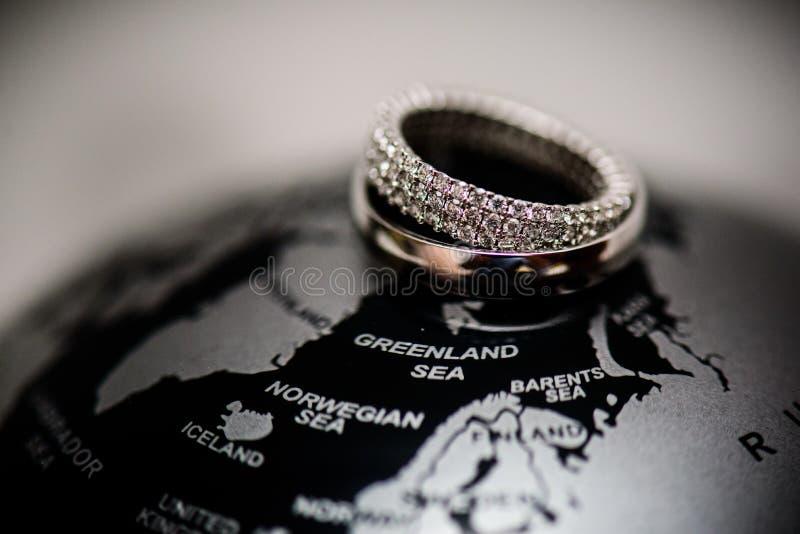 Diamond Wedding Rings Relazione, impegno, amore fotografia stock libera da diritti