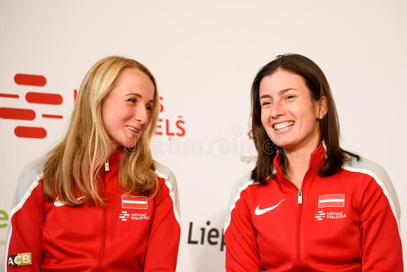 Diana Marcinkevica- und Anastasija-Sevastova Team Lettland Mitglieder von Team Latvia für FedCup, während des Treffens von Fans stockbild