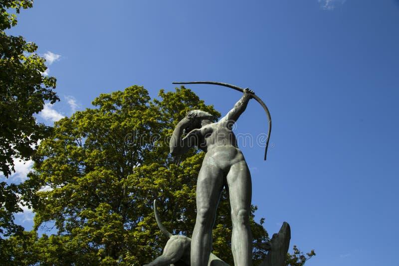 Diana op het jachtbeeldhouwwerk bij gavle Zweden stock foto
