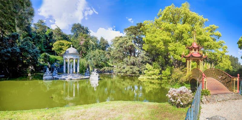 Diana Temple och kinesisk bro i villan Durazzo- Pallavicini i Genoa Pegli, Italien royaltyfria bilder