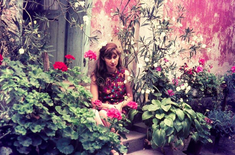 Diapositiva de color original del vintage a partir de 1960 s, mujer joven que asiste fotos de archivo libres de regalías