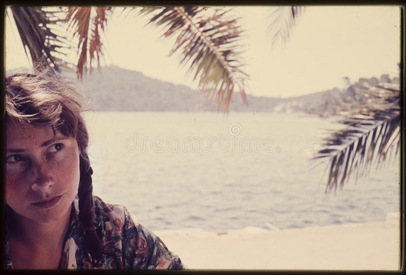 Diapositiva de color original del vintage a partir de 1960 s, mujer joven que se sienta cerca foto de archivo