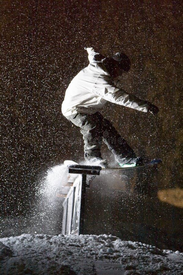 Diapositiva de la tormenta de la noche del Snowboard imagen de archivo libre de regalías