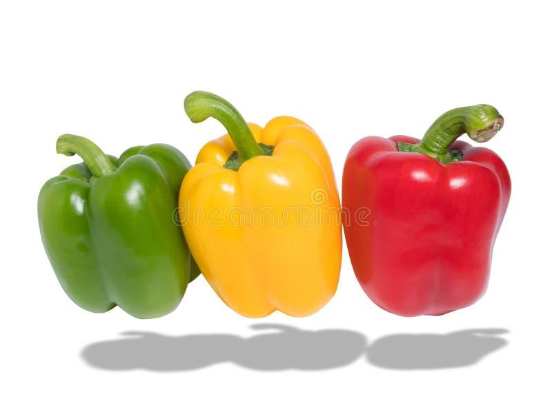 Diapositiva verde, roja y amarilla fresca del paprika aislada en blanco fotos de archivo