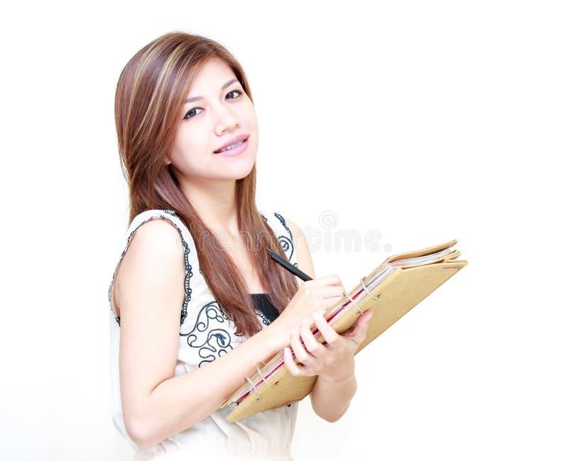 Diario asiático joven o el estudiar de la escritura de la mujer imagenes de archivo