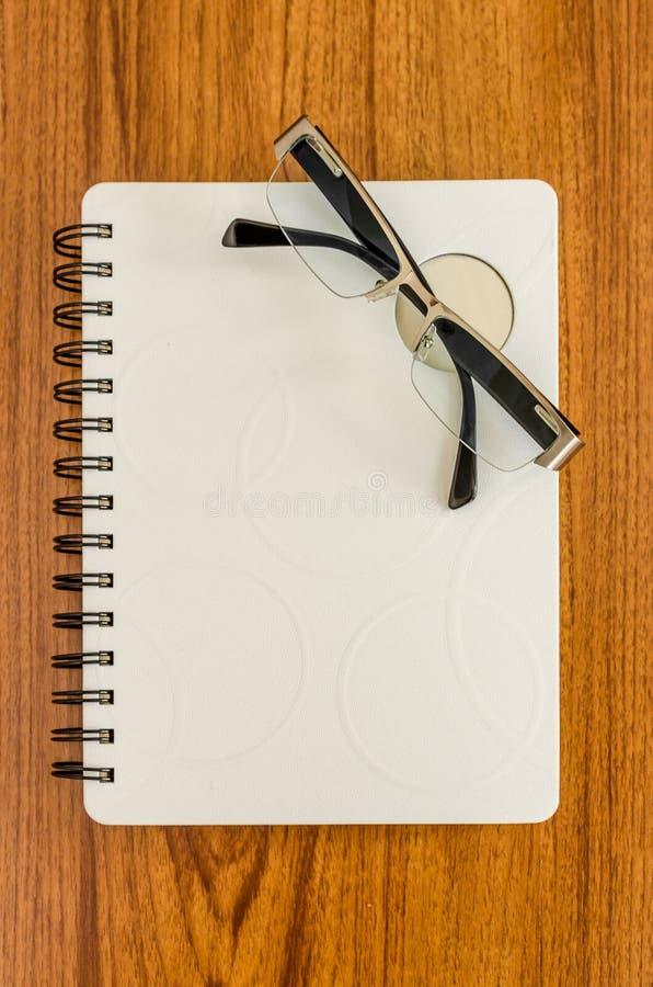 Diario blanco y vidrios negros imagen de archivo