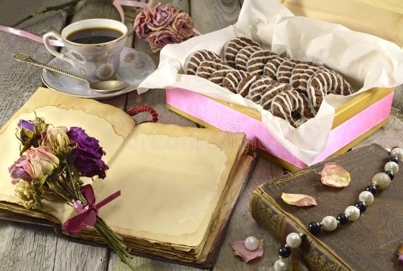 Diario con las galletas y las flores imágenes de archivo libres de regalías