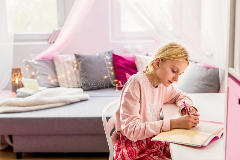Diario di scrittura della bambina fotografia stock