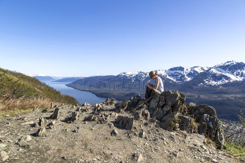 Diario di scrittura sulla cima della montagna fotografia stock