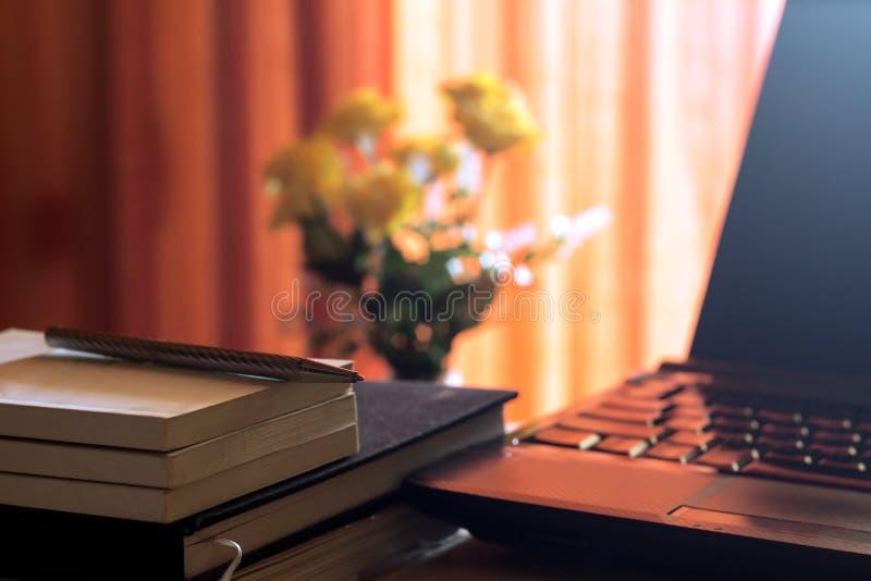 Diario e labtop per lavoro sulla tavola di legno con il fiore e la tenda rossa, taccuino, libro, penna, diario, orologio e sullo  fotografia stock libera da diritti