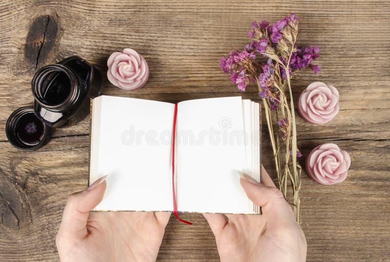 Diario manuscrito: mujer que sostiene el cuaderno del hardcover fotos de archivo