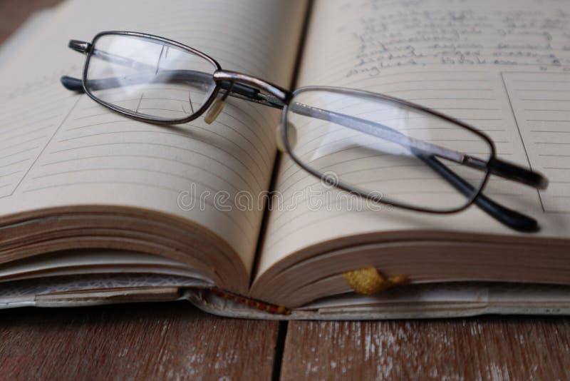 Diario y vidrios foto de archivo