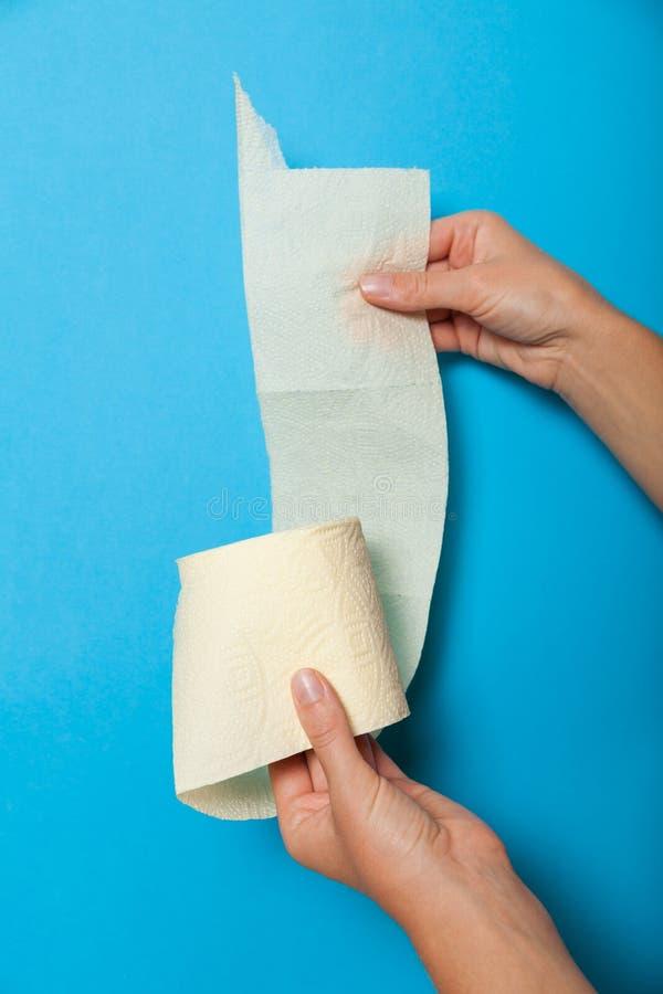 Diarreia fêmea em WC, papel higiênico branco imagem de stock