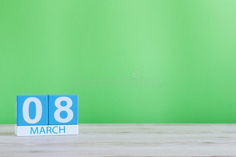 Dias internacionais felizes do ` s das mulheres 8 de março Dia 8 do mês, calendário diário na tabela e fundo verde Espaço vazio fotografia de stock royalty free