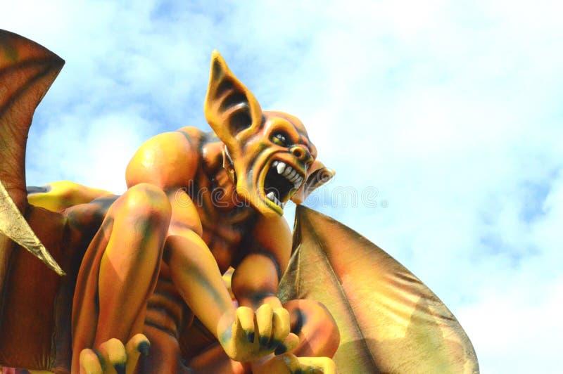 Diavolo giallo al carnevale di Viareggio immagine stock