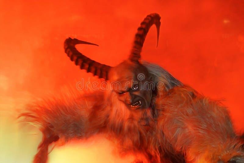 Diavolo terribile con i corni lunghi nell'inferno fotografia stock