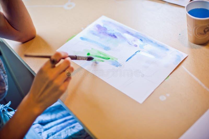 Dibuja el cepillo en el azul del papel imagenes de archivo