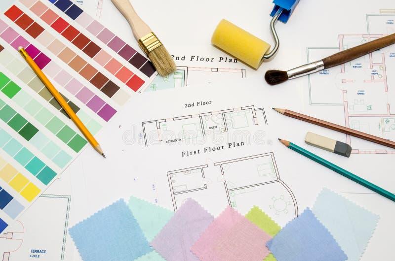 dibujando con la brocha, la muestra del color y las herramientas de funcionamiento fotografía de archivo libre de regalías