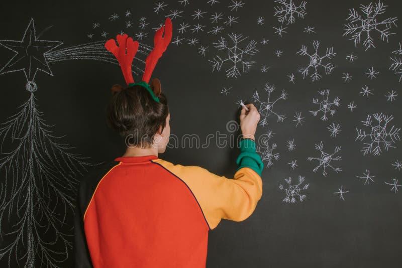 Dibujando y adornando la Navidad fotografía de archivo