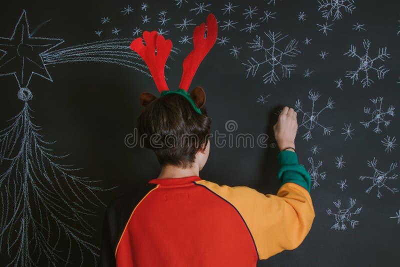 Dibujando y adornando la Navidad fotografía de archivo libre de regalías