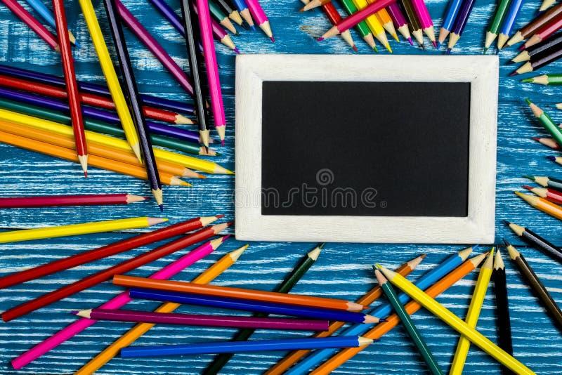 Dibujaron a lápiz en un fondo y un marco azules claros para el texto foto de archivo libre de regalías