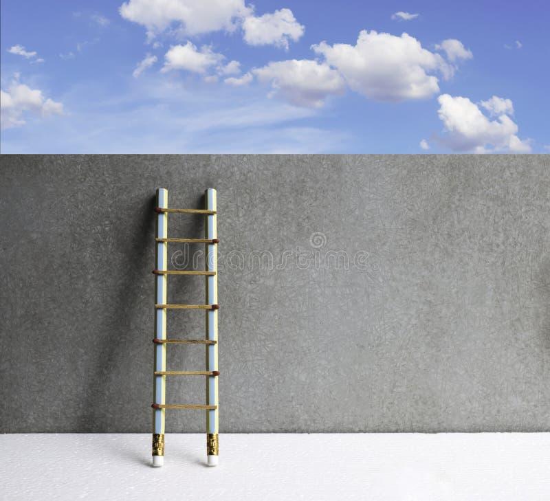 Dibuje a lápiz la escalera que se inclina contra la pared del grunge con el espacio de la copia Succe imagenes de archivo