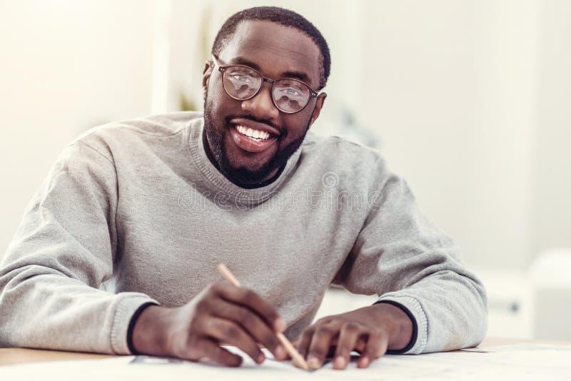 Dibujo afroamericano de emisión del individuo y sonrisa en cámara fotos de archivo libres de regalías