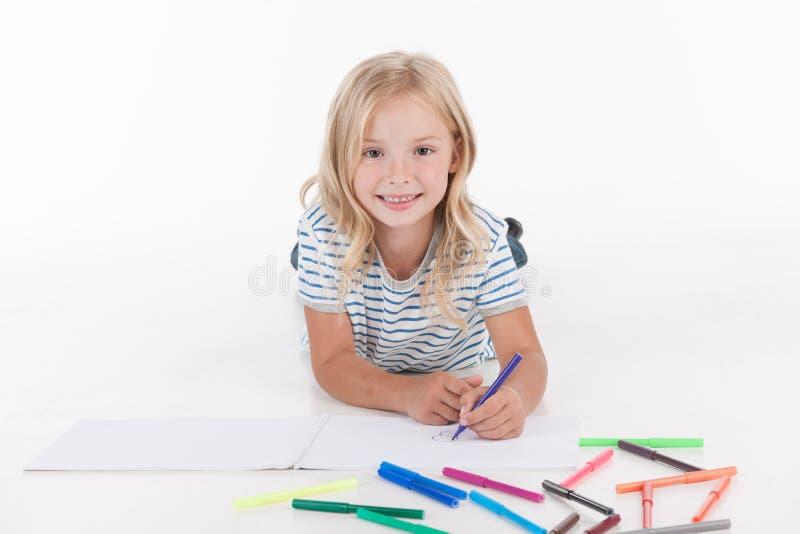 Dibujo bonito feliz de la muchacha con los lápices imágenes de archivo libres de regalías