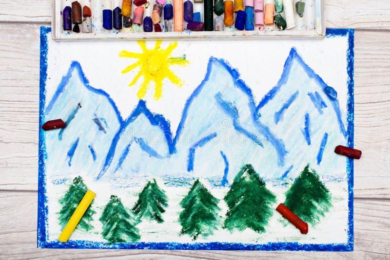 Dibujo colorido: paisaje de los picos de montaña coronados de nieve libre illustration