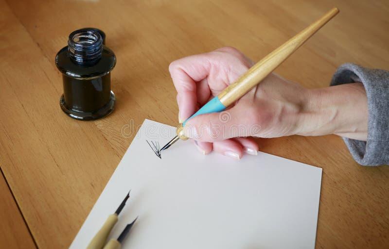 Dibujo con la cacerola y la tinta de la inmersión fotografía de archivo libre de regalías