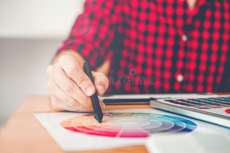 Dibujo de Brainstorming del diseñador gráfico en la tableta de gráficos en el wor foto de archivo libre de regalías