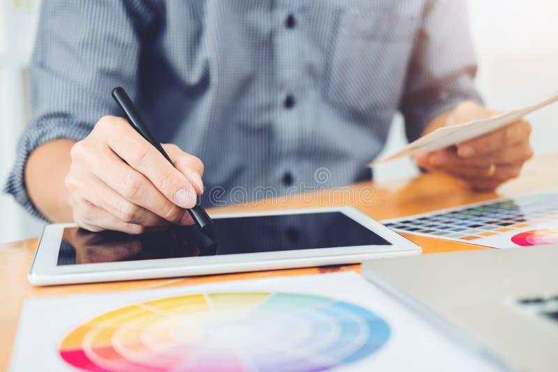 Dibujo de Brainstorming del diseñador gráfico en la tableta de gráficos en el wor imagen de archivo