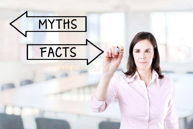 Dibujo de la empresaria concepto de los mitos o de los hechos en la pantalla virtual Fondo de la oficina fotos de archivo