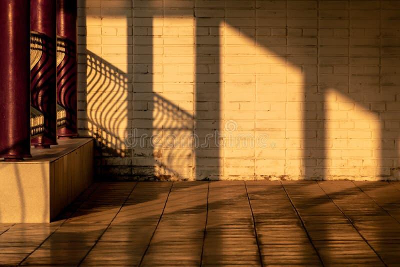 Dibujo de la luz y de la sombra en una pared de ladrillo imagen de archivo libre de regalías