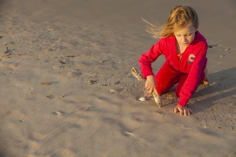 Dibujo de la muchacha en arena imagenes de archivo