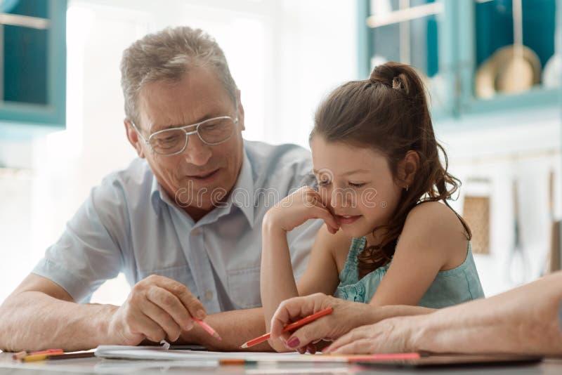 Dibujo de la muchacha y del abuelo fotografía de archivo libre de regalías