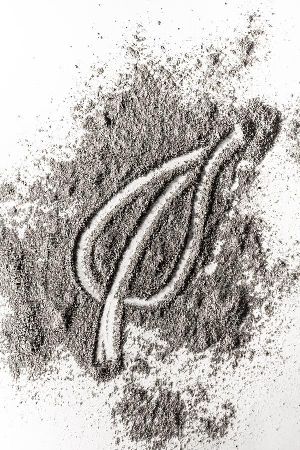 Dibujo de la muestra de la hoja en la ceniza quemada, arena, polvo, suciedad imagen de archivo libre de regalías