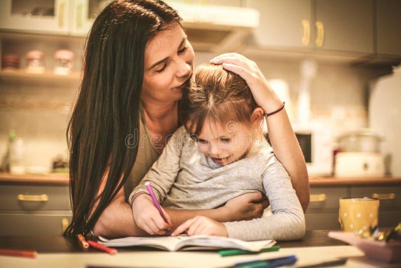 Dibujo de la niña con la mamá Cierre para arriba fotos de archivo