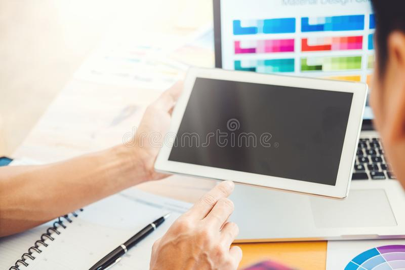 Dibujo de la reunión del diseñador gráfico en la tableta de gráficos en el lugar de trabajo imagenes de archivo