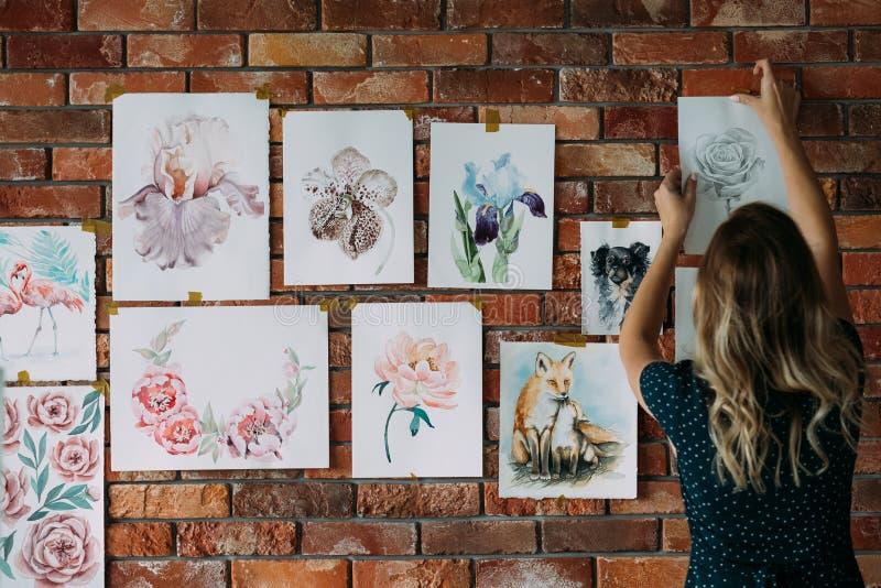 Dibujo de las ilustraciones del pintor del espacio de trabajo del estudio del arte fotos de archivo