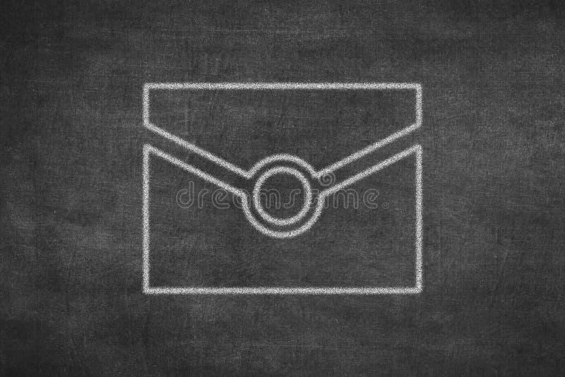 Dibujo de tiza blanco en icono del sobre del correo en tablero negro fotos de archivo
