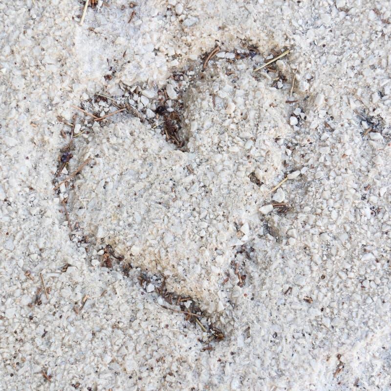 Dibujo de un corazón en arena como símbolo del amor foto de archivo