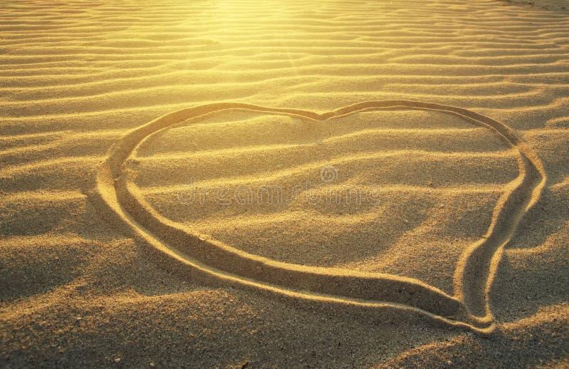 Dibujo de un corazón en la playa del mar foto de archivo