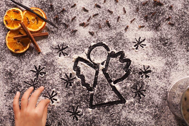Dibujo del ángel de la Navidad en harina imagen de archivo