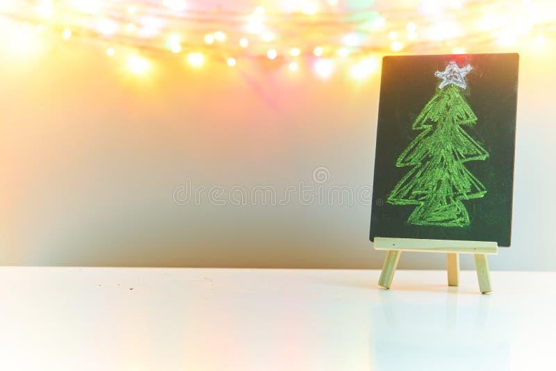 Dibujo del árbol de navidad en la pizarra negra con el fondo blanco fotos de archivo libres de regalías