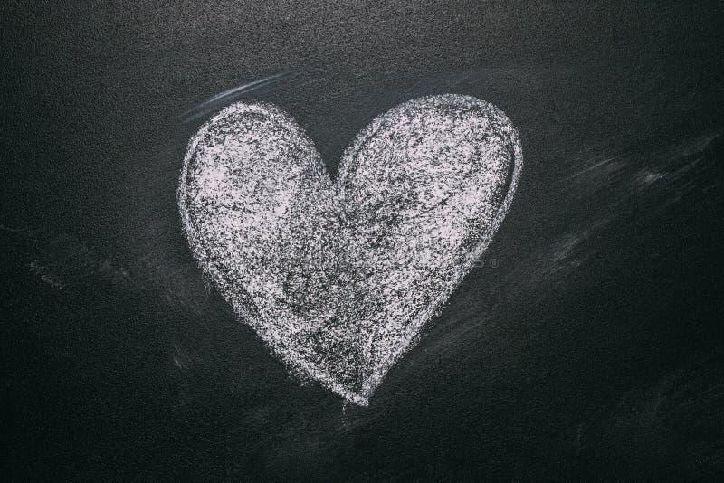 Dibujo del corazón del amor en una pizarra de la escuela Mensaje manuscrito en un dibujo de la pizarra de la escuela con un coraz imágenes de archivo libres de regalías